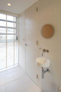 トイレ前の洗面器