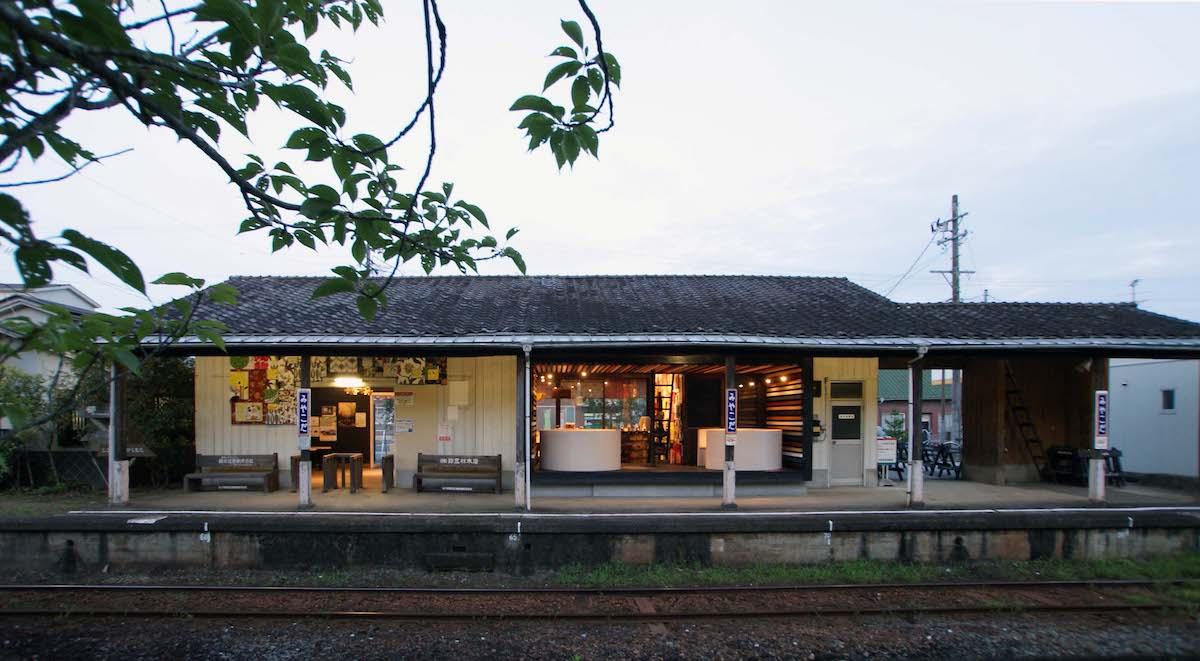 駅のプラットフォームに面したリノベーションカフェ