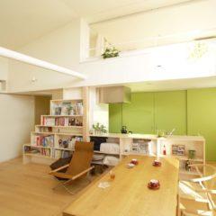 house-mur:大きな吹抜けのあるコンパクト二世帯住宅