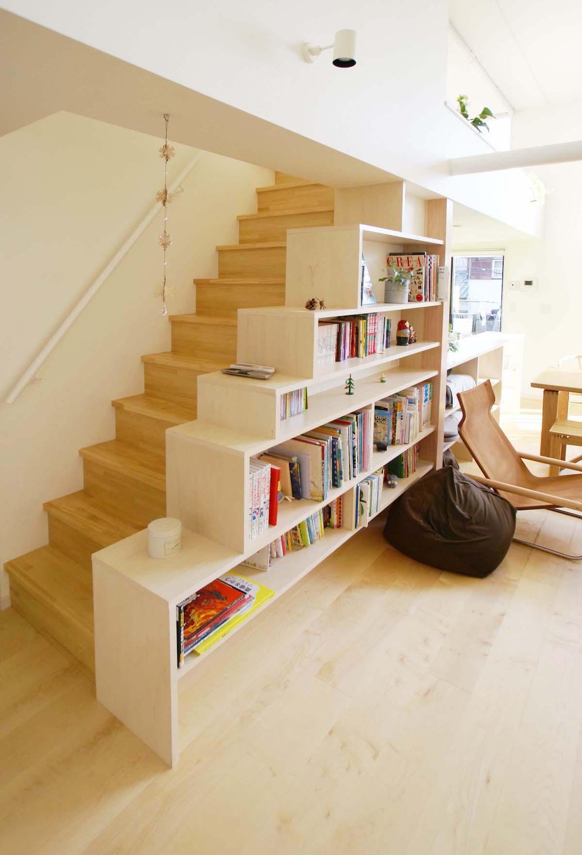 ロフトへ至る階段と階段状本棚
