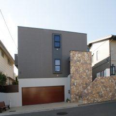 h-tkh:ひな壇敷地の横浜の家
