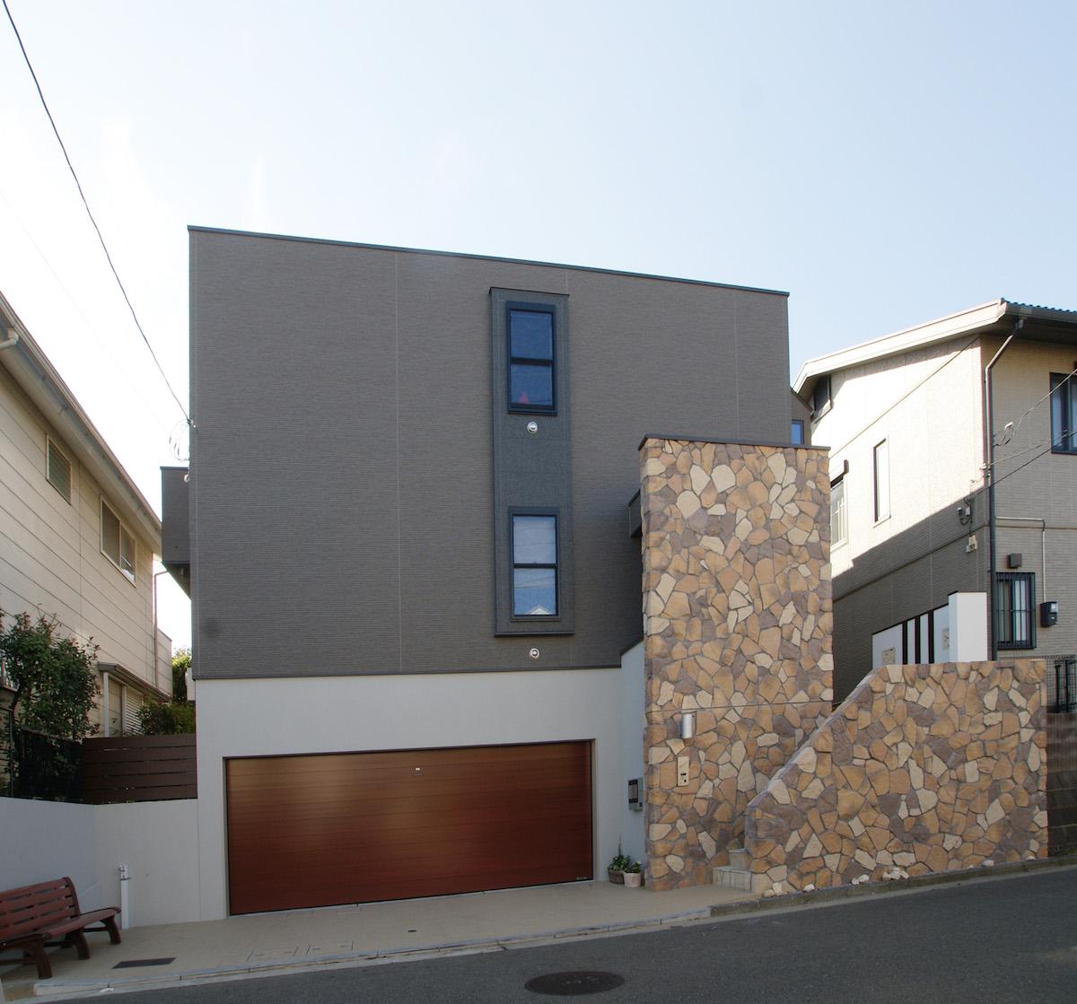 ひな壇敷地の地階ビルトインガレージのある2階建て住宅