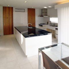 センターキッチンのあるデザイン住宅