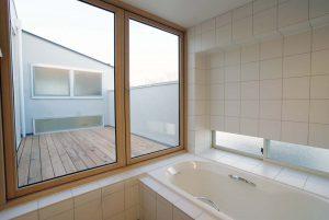 3階ルーフテラスに面した在来浴槽
