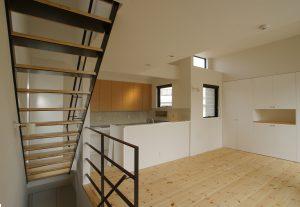 二世帯住宅の子世帯リビング コの字キッチン・高天井高・鉄骨階段にて開放感ある空間に!