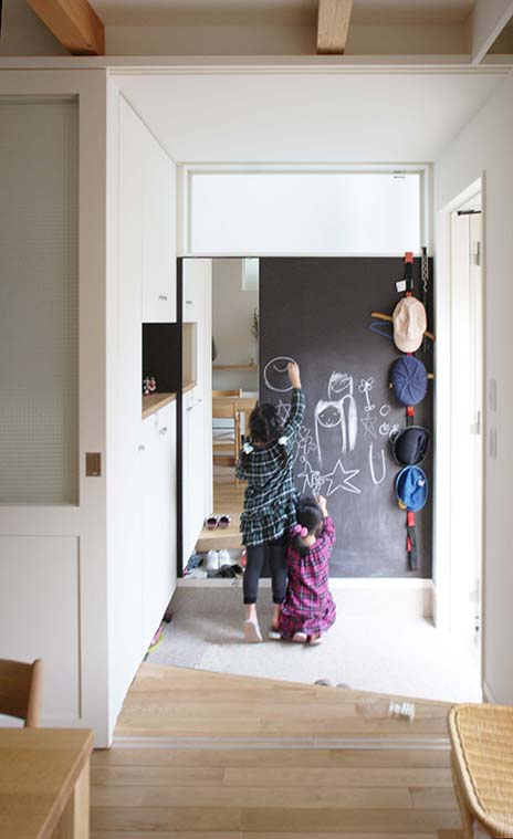 黒板塗装壁の玄関土間